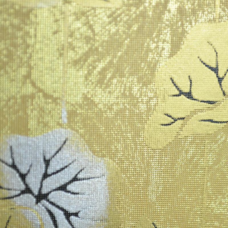 内側に描かれた金色の蓮